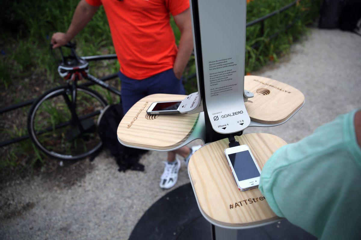 Las estaciones solares cargarán seis celulares al mismo tiempo