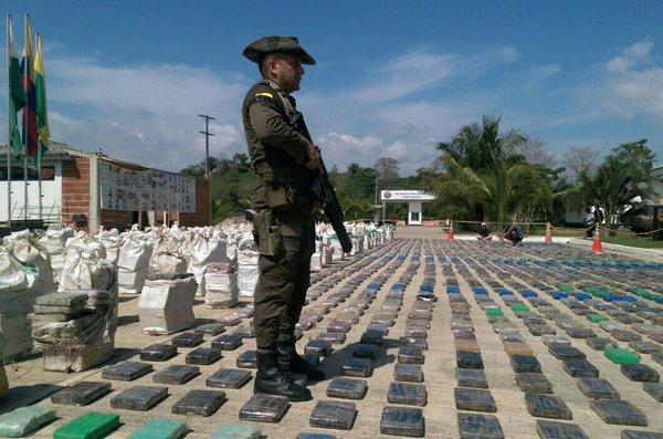 Un miembro de la Policía de Colombia custodia el cargamento de droga incautado, considerado el más grande de la historia de Colombia.