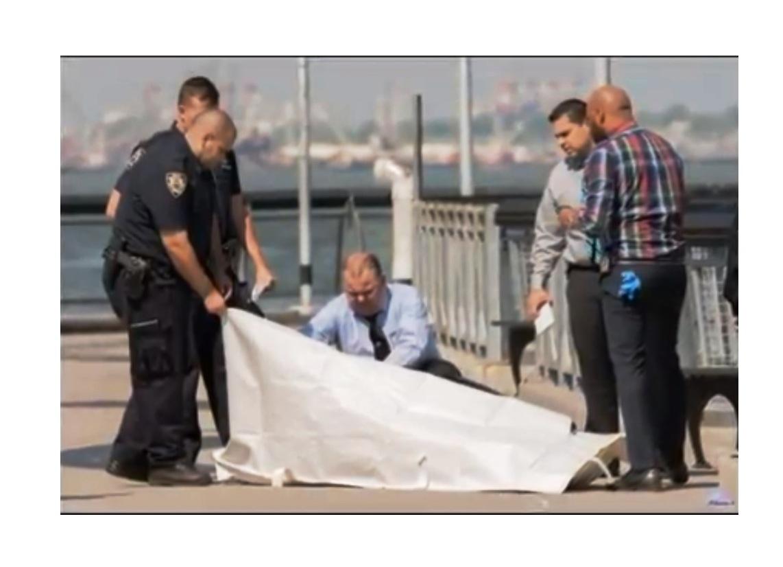 Momentos en que las autoridades cubrían el cuerpo en el Pier Valentino