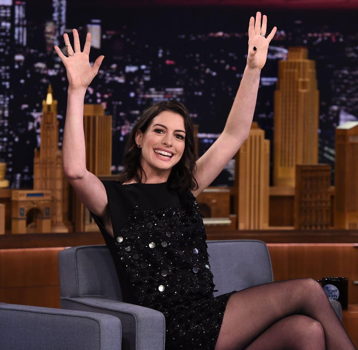 Anne Hathaway borró la polémica publicación e hizo otra a modo de disculpa.