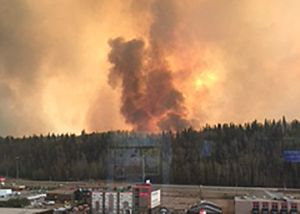 Sigue sin control el incendio que ha obligado a evacuar ciudad canadiense