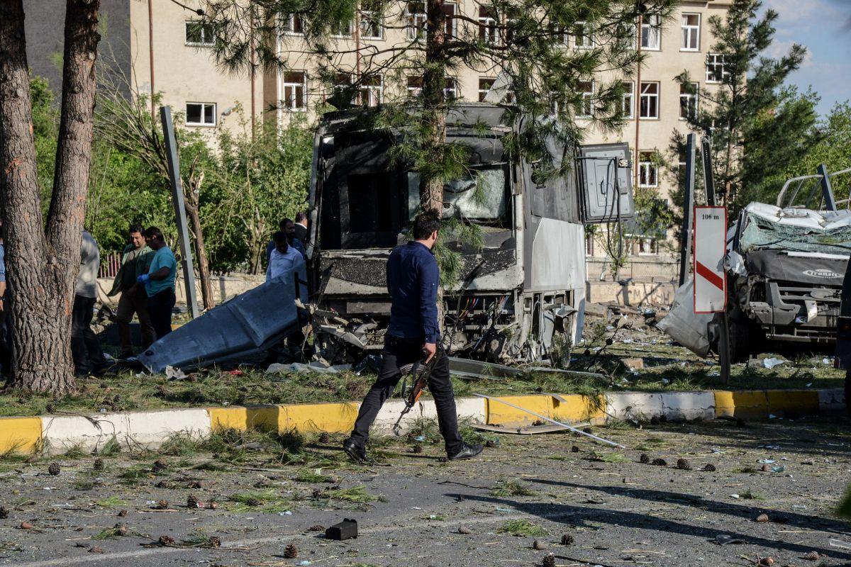 El coche bomba fue detonado al paso de un autobús de la policía.