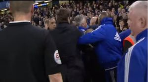 Video: Técnico del Chelsea protagoniza aparatosa caída