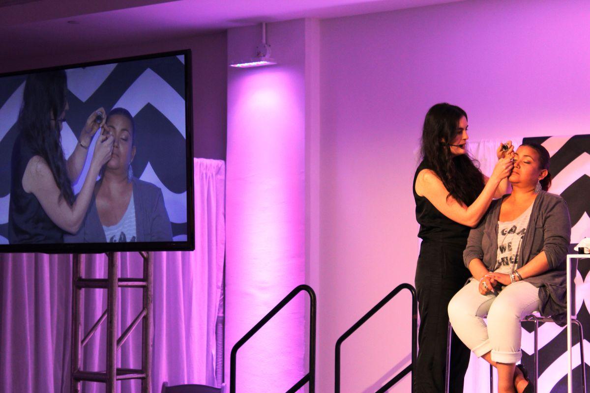 La maquillista de Mary Kay Virginia Linzee enseña a las sobrevivientes a maquillarse