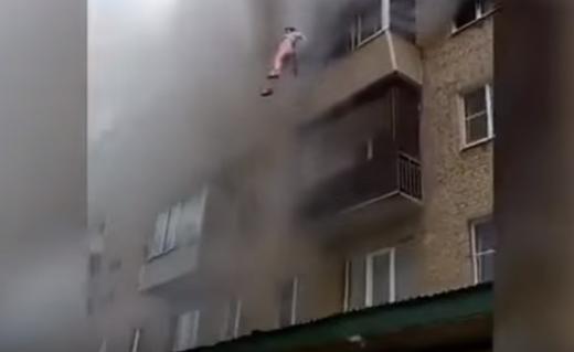 Vecinos se colocaron en el asfalto para ayudar a las cuatro personas a saltar.