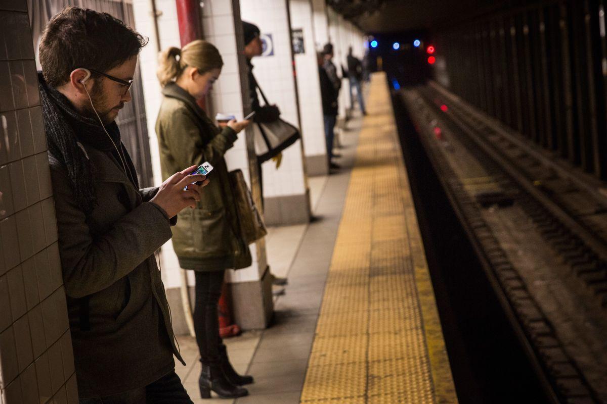 Lanzan a adolescente al Subway después de robarla
