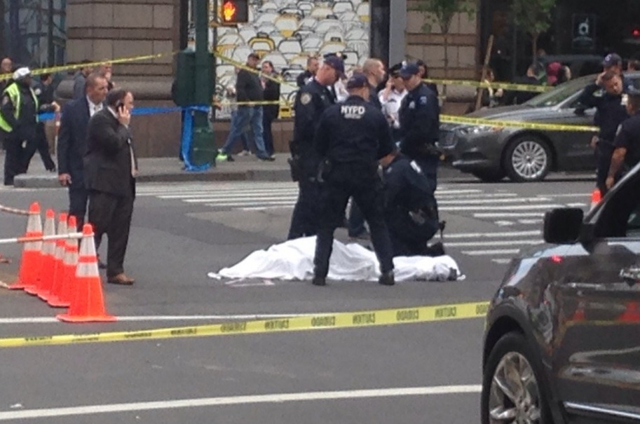 Los oficiales del NYPD en el lugar de la balacera esta mañana.