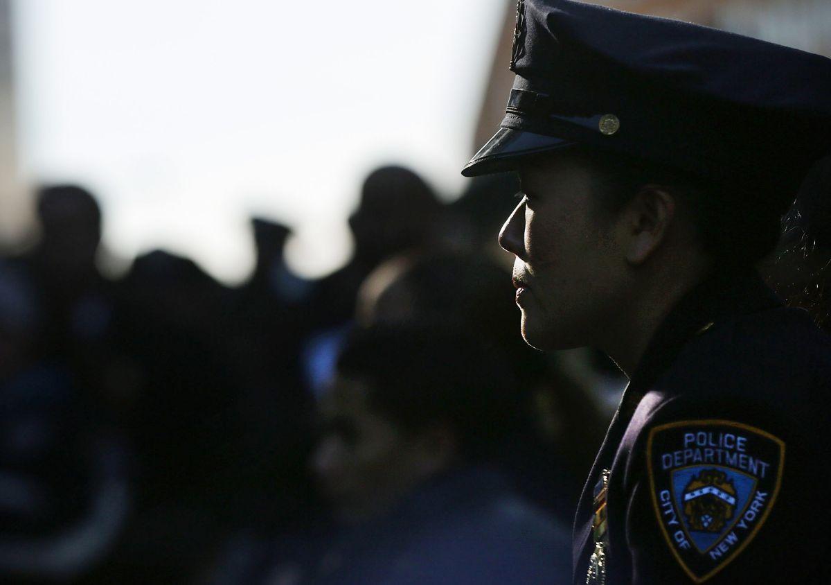 """El NYPD tiene una política de """"sólo inglés"""" en sus oficinas."""