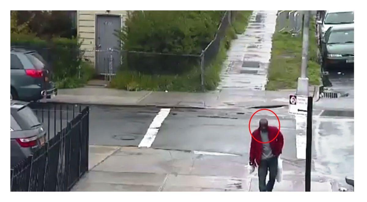 El hombre fue visto por última vez en la intersección de la calle 69 y la avenida 38.