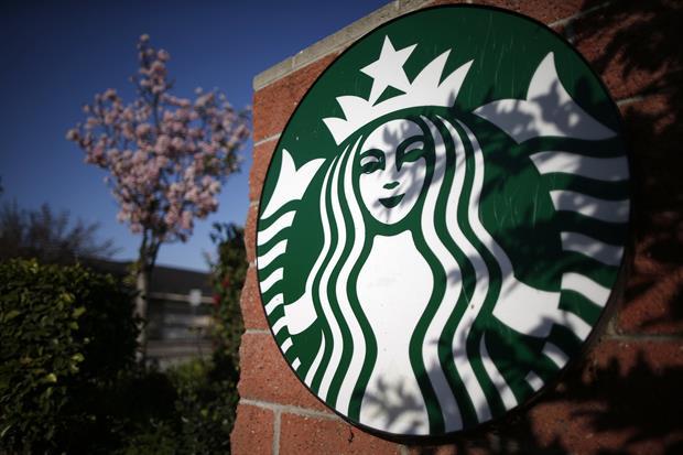 Mujer pide $5 millones a Starbucks por exceso de hielo