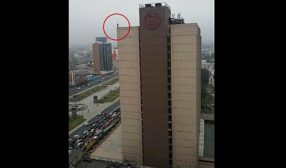 El cuerpo de la joven impactó la azotea del edificio más bajo cerca del Paseo de los Héroes Navales, en Lima.