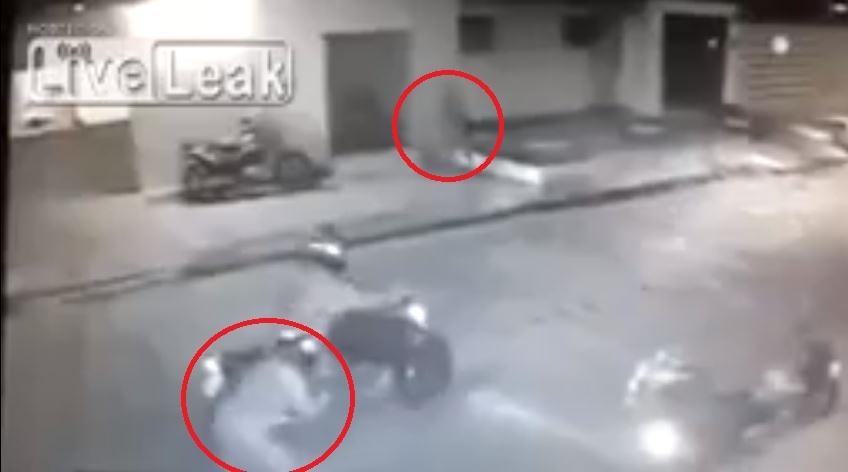 En el video puede verse cómo uno de los delincuentes abre fuego y el otro responde con más disparos.