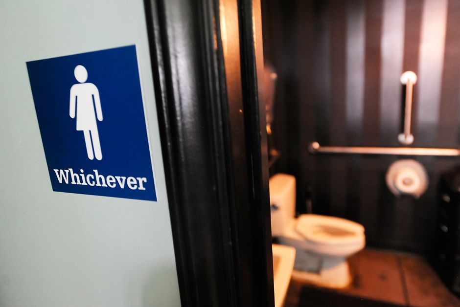 Once estados demandan medida sobre transexuales y baños en escuelas