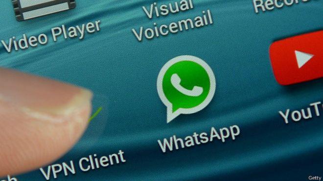 La mujer también verificó los mensajes por WhatsApp.