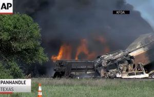 Buscan a 3 desaparecidos tras violento choque de trenes en Texas