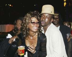 El exmarido de Whitney Houston culpa a su hijo adoptivo Nick Gordon de la muerte de la cantante y de su hija