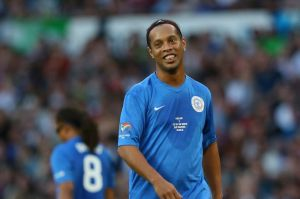 Video: ¡Doble túnel de Ronaldinho llena de magia a Old Trafford!