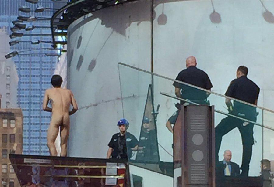 Fotos y video: Hombre desnudo en Times Square pedía reunión con Trump