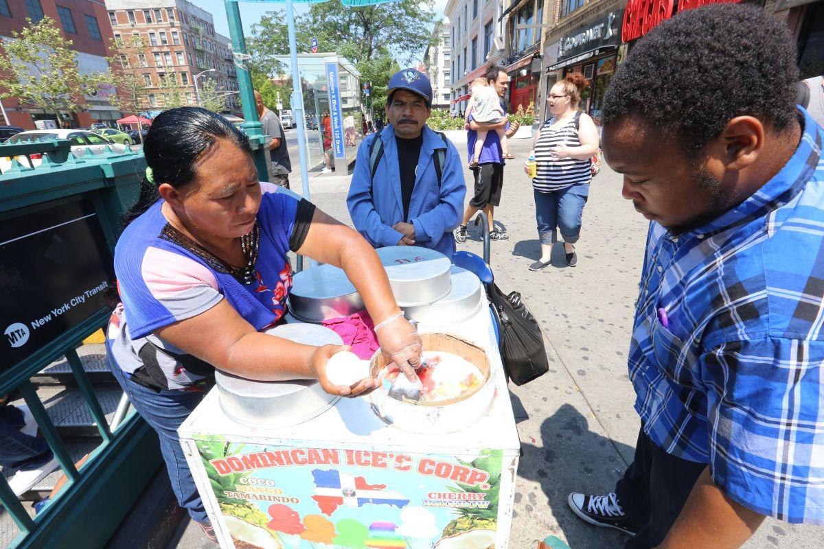 Agustina Vazquez y su esposo, Miguel de la Cruz venden los helados de hielo en la West 125th. en Harlem.