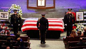 Miles asisten a los funerales de tres de los policías asesinados en Dallas