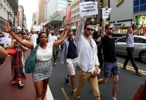 Jornada de protestas raciales deja al menos 200 detenidos