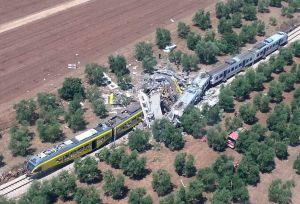 Choque frontal de trenes deja al menos 20 muertos en Italia