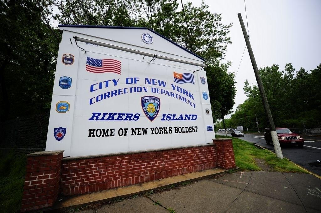 El oficial trabajaba en la prisión de Rikers Island desde junio del 2009.