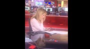 Video: Pillan infraganti a periodista en plena transmisión en vivo