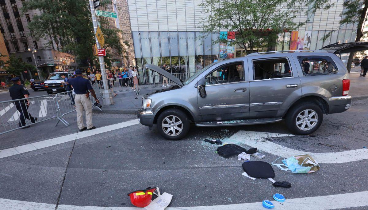 Video: Momento en que hispano lanza bomba falsa a policías