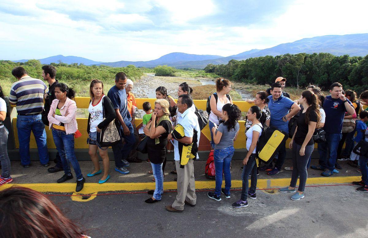 Ciudadanos procedentes de Venezuela entran a Colombia por el puente Simón Bolívar
