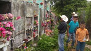 Honduras: Un cementerio sobre una montaña de oro enfrenta a un pueblo con una minera