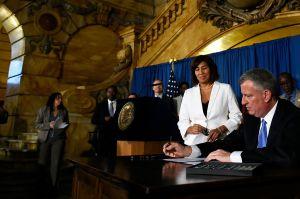 Alcalde firma ley que mete en cintura a las lavanderías