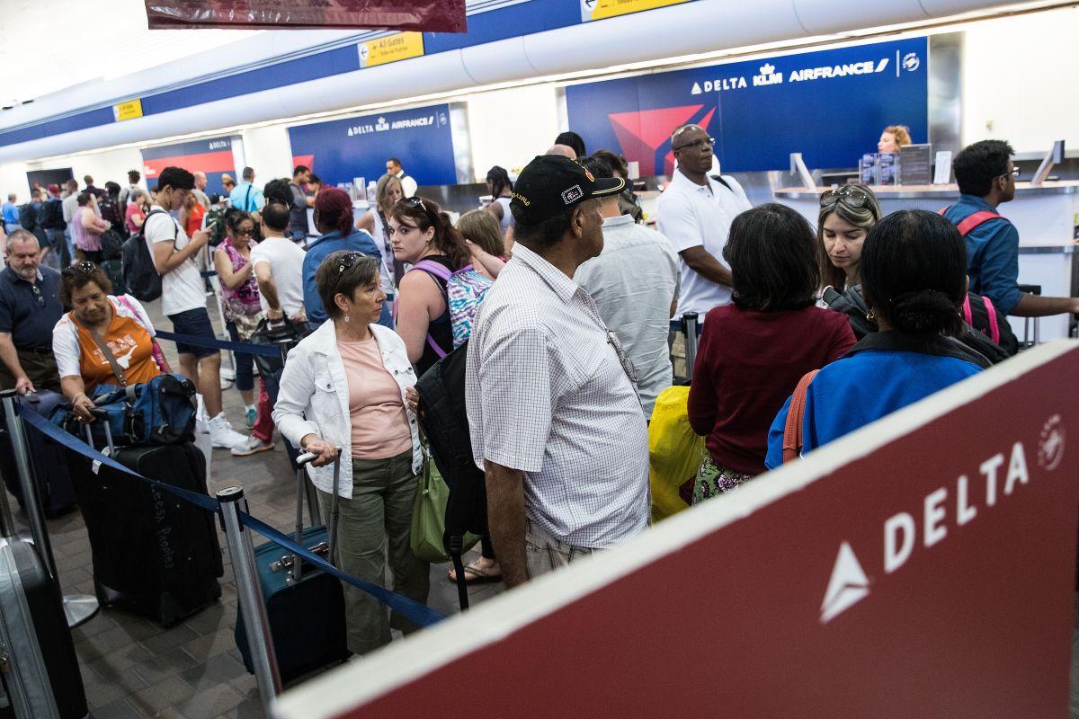 Paquete sospechoso provoca suspensión de vuelos en LaGuardia