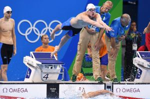 Policía brasileña no deja tomar su vuelo a casa a nadadores estadounidenses