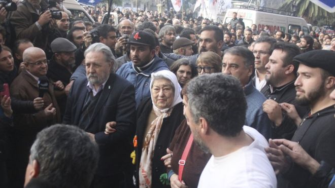 Multitud impide el arresto de la presidenta de las Madres de la Plaza de Mayo
