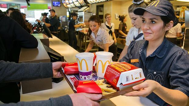 McDonalds y AARP se unen para encontrar a trabajadores para el verano