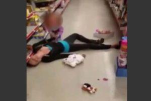 """¡Desgarrador video! Niña de 2 años intenta """"revivir"""" a su madre en sobredosis de heroína"""