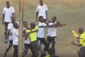 Video: Jugador y árbitro se trenzan a puñetazos en el fútbol africano