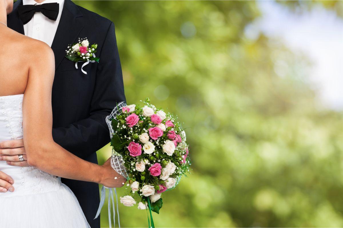 FOTO: Se casa con tres mujeres el mismo día