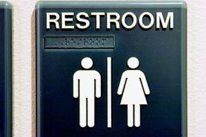 Juez bloquea ley de baños transgénero de Obama
