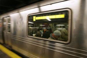 Muere un pasajero al intentar 'surfear' sobre el tren F