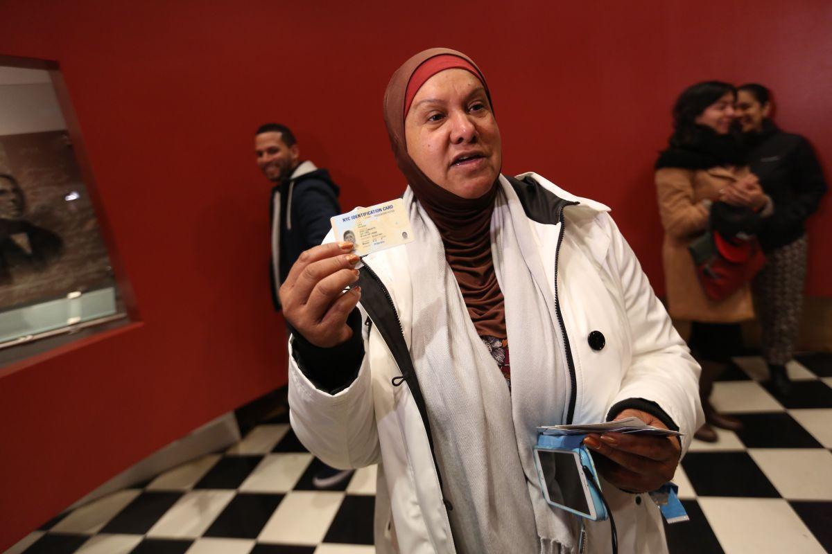 La dominicana Sussie Lozada, quien es de fe musulmana, muestra su IDNYC.