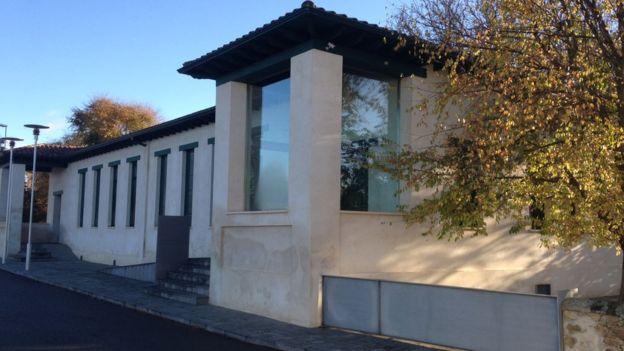 Con su fortuna, Fernández ayudó a remodelar varios edificios de Cerezales.