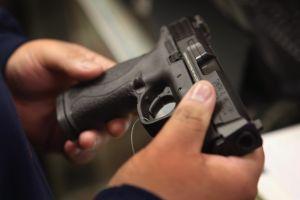 Detienen a estudiante que llevó un arma a escuela en Queens
