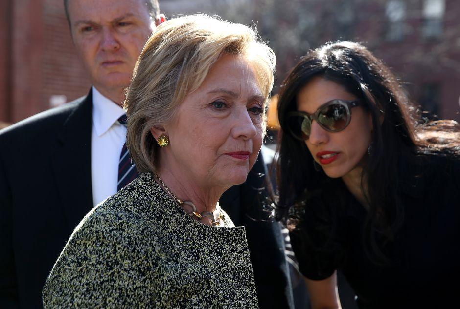 ¿Quién es Huma Abedin y por qué afecta a Clinton?