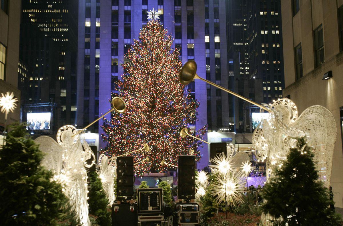 El árbol en la plaza Rockefeller es símbolo de la Navidad en NYC.