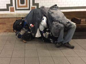 Buscan soluciones al aumento de las personas sin techo en el Metro de Nueva York