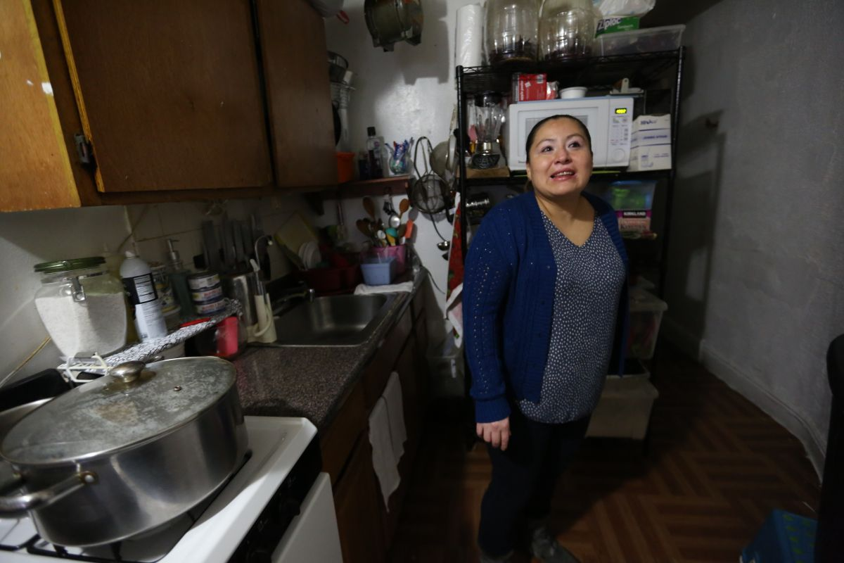 """Mexicana Patricia Gonzalez, residente de East Harlem se beneficia del programa del Alcalde Bill de Blasio """"Unidad de Apoyo al Inquilino. /Mariela Lombard"""
