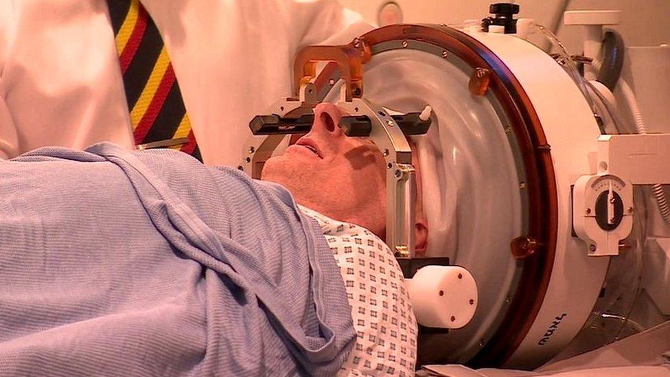 Lucas permaneció despierto durante todo el procedimiento.