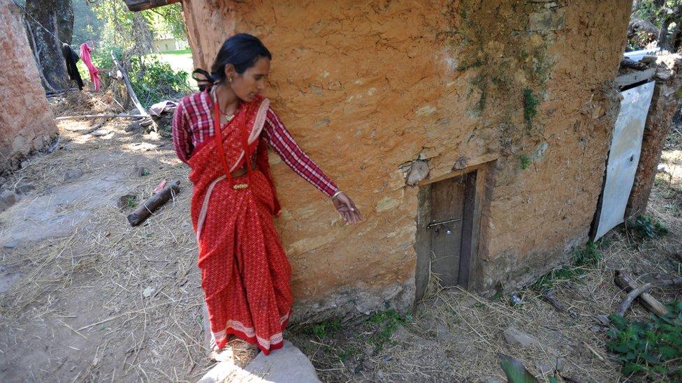 Las reglas del chhaupadi dictan restricciones sobre dónde puede dormir, a quién puede ver, adónde puede ir y qué puede tocar una mujer durante su menstruación.